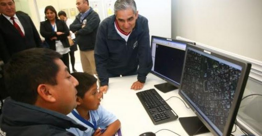 Escolar autor de «detector de sismo» se presentó en Centro de Operaciones de Emergencia