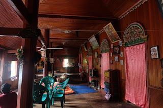 interior rumah gadang yang jadi dalam semalam