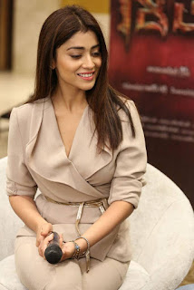 Shriya Saran in Cream Formals At Gautamiputra Satakarni Team Meet 18 (13).jpg