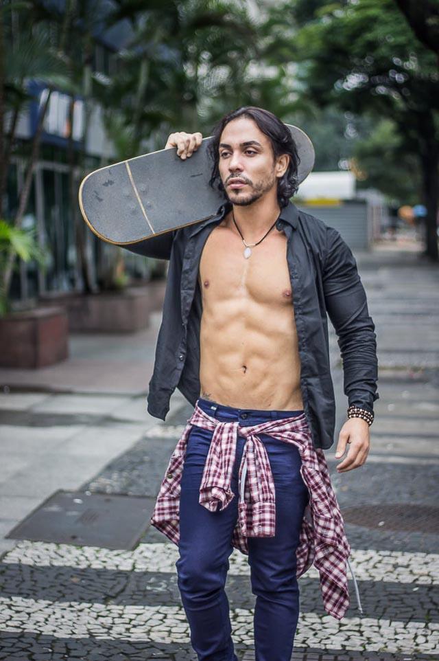 Ricardo Dias posa com skate e exibe shape trincado. Foto: Rogério Mendes/Renato Cipriano - Divulgação