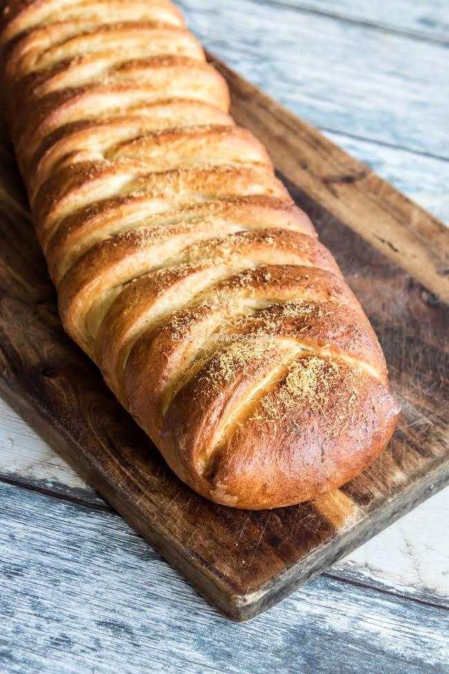 Pan semidulce relleno de jamón y queso, una extraordinaria combinación que recuerda a los minilunchs de las panaderías venezolanas. Receta de www.elgatogoloso.com