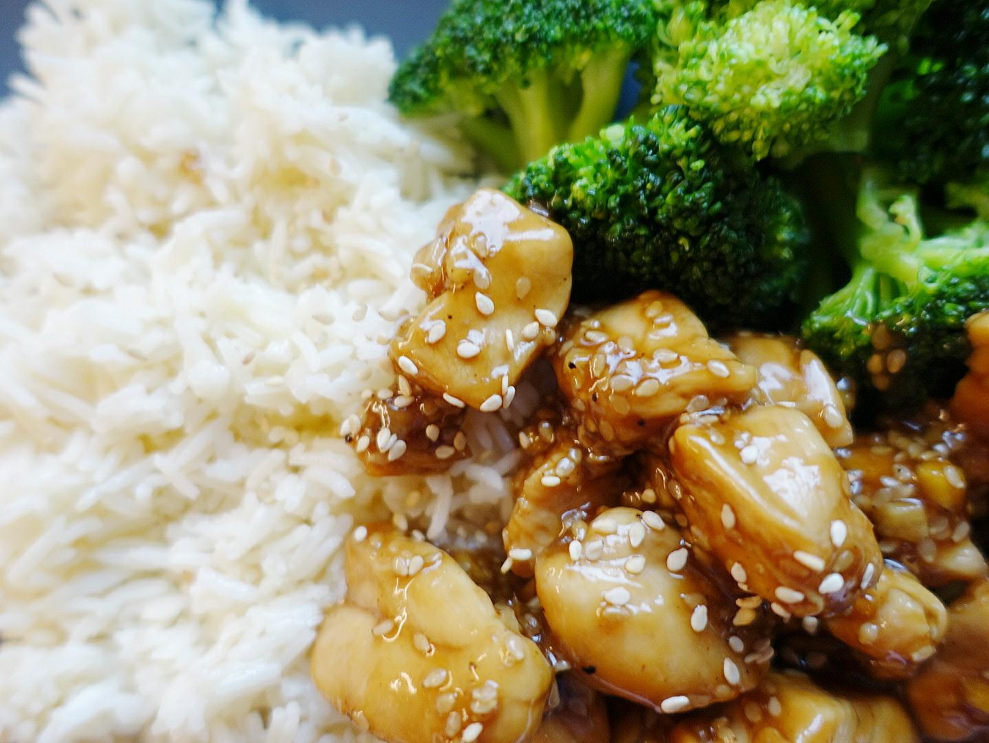 Blitzschnell zubereitet: Saftiges Hühnchen mit leckerer Teriyaki Marinade und frischem Gemüse