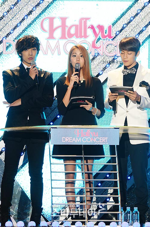 Hallyu Dream Concert, introduced with a colorful stage ... Jiyeon And Junhyung