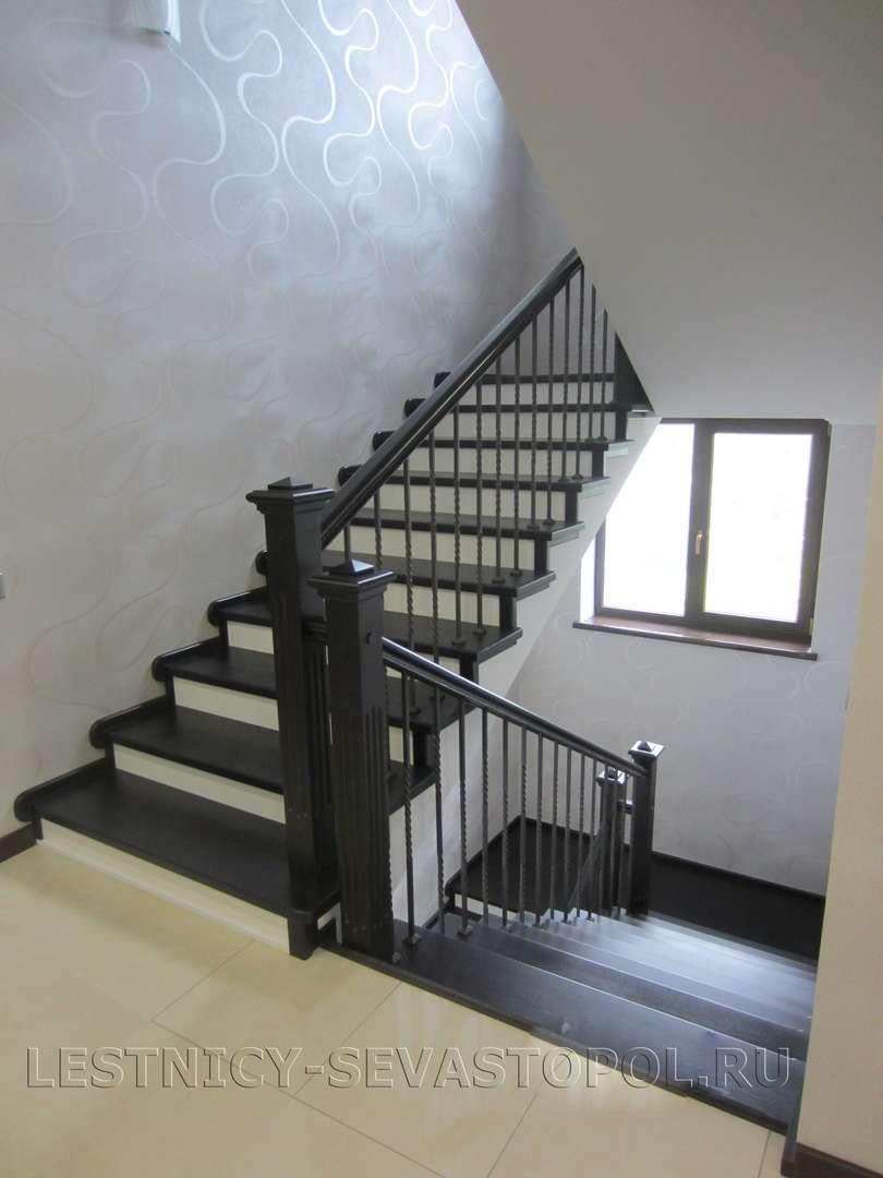 Деревянная лестница с поворотом