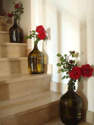 Já estamos na estação mais florida do ano, é a estação em que as flores vão brotar a sua beleza, e flores elas são lindas, enfeitam qualquer ambiente. E hoje o blog trás algumas inspirações com flores em arranjos, espelhos, objetos de decoração, veja e se inspire-se.