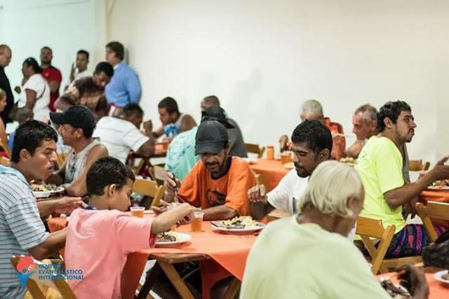 Pastor Alimenta Moradores de Rua com Dízimo dos Fiéis