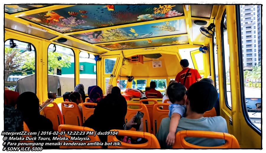 Barisan tempat duduk dalam kenderaan amfibia Bot Itik berwarma kuning. Pada bumbungnya dihiasi lukisan hidupan laut # Monday, 1 February 2016, 12:22 # DSC09104.JPG # SONY ILCE-5000 #