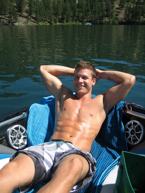 sexy-abs-dude-in-summer