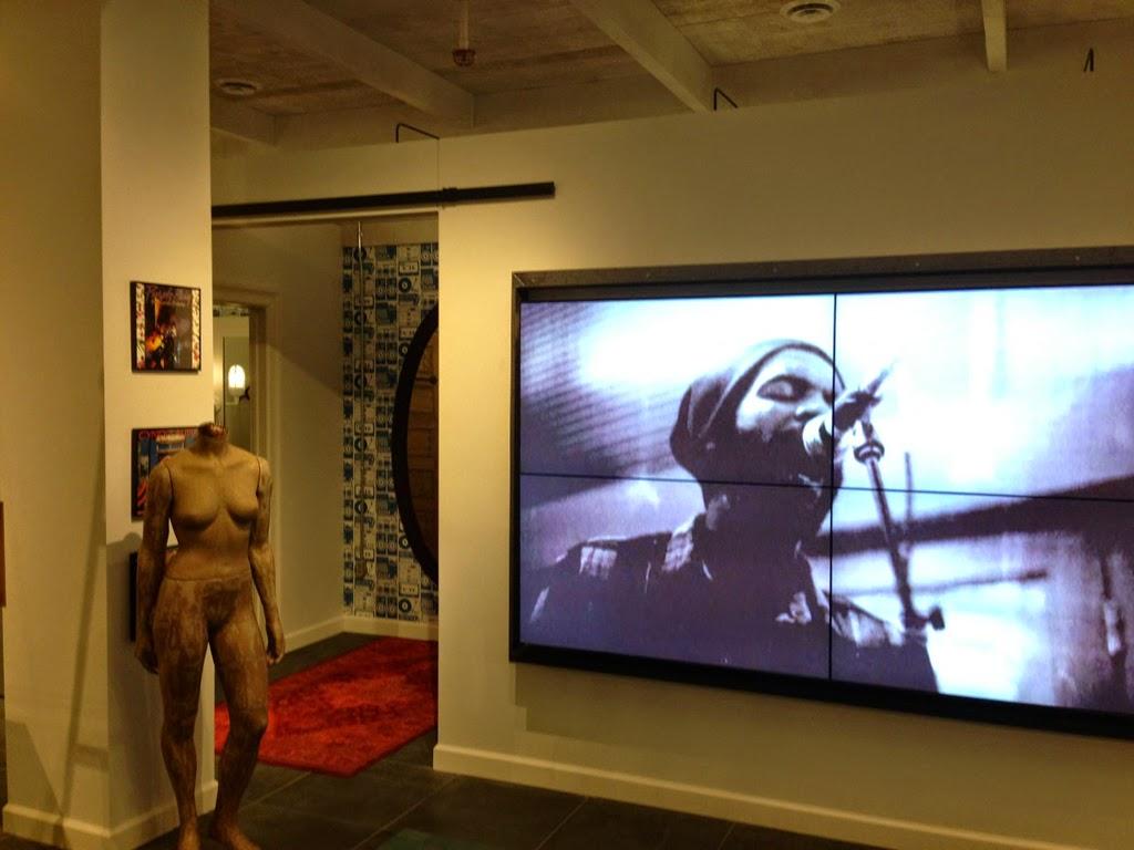 Videoconferencia donde se habla de La música y el cine, la tv y la publicidad