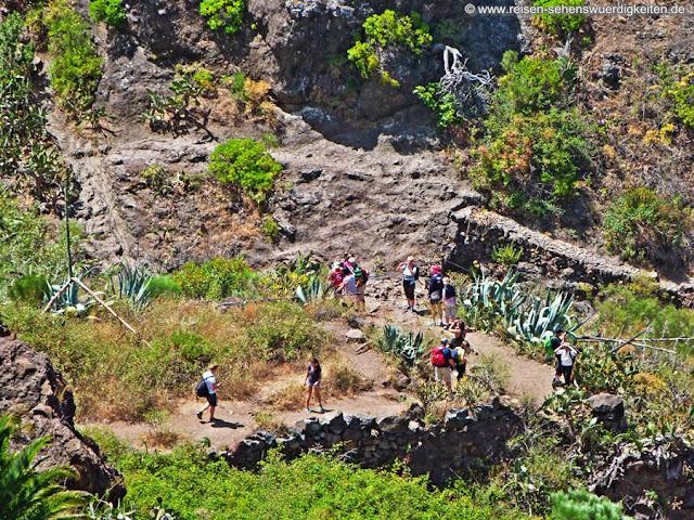 Wandergruppe auf dem Wanderweg in der Masca Schlucht Teneriffa