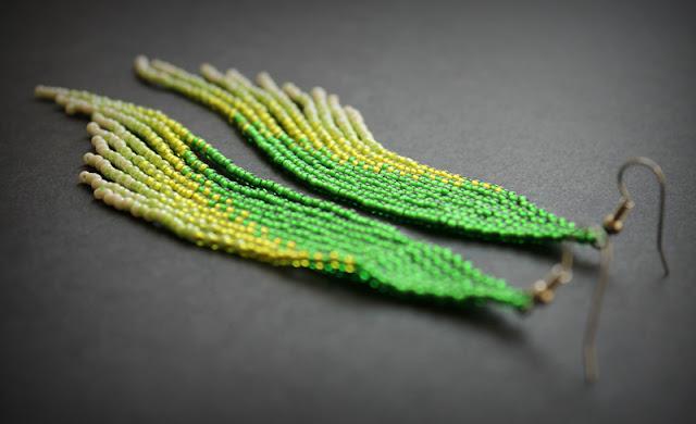 купить украшения из бисера в интернет магазине  очень длинные серьги зеленого цвета под зеленые глаза