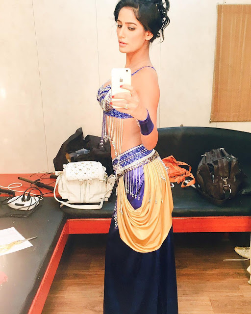 Poonam-Pandey-In-Traditional-Dress