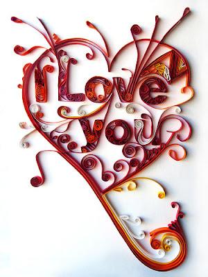 corazón hecho con rollos de papel de colores