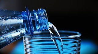 bottle, mineral water, bottle of water, drinking water, plastic bottle, liquid, blue, carbonic acid, give a, drink, bottleneck, frisch, glass, transparent, pour a, lichtspiel