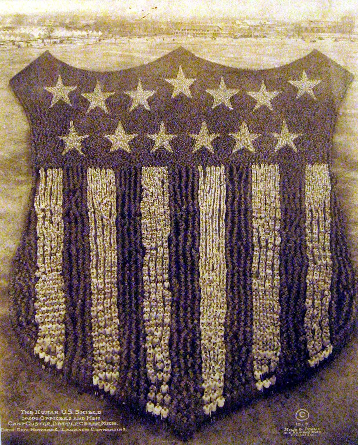 The Human U.S. Shield, 1918, Camp Custer, Michigan, 30,000 oficiales y hombres.