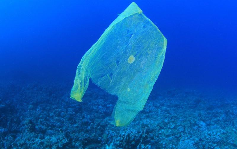 Saco de plástico no mar