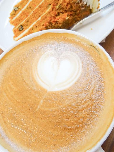 cafe au lait, cafe latte, Roberts coffee, porkkana kakku