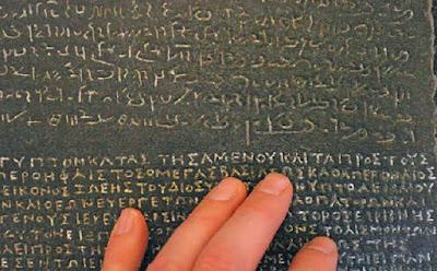 O alfabeto grego da Pedra de Roseta de Alexandre, o Grande,