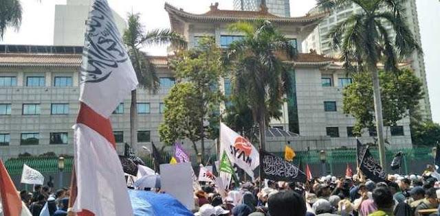 Ratusan Peserta Aksi Bela Muslim Uighur Kepung Kedutaan Besar RRT