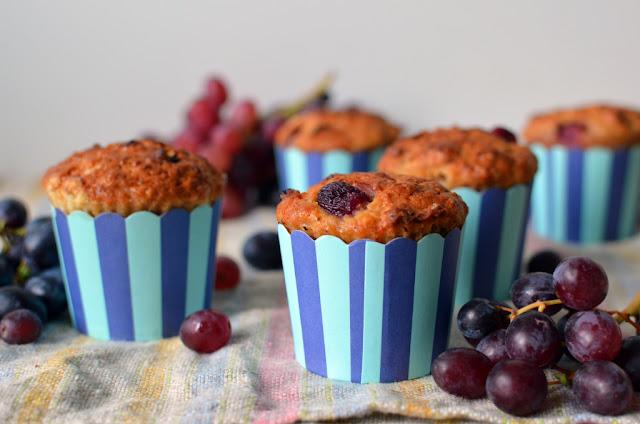 muffiny%2Bkorzenne%2Bz%2Bjab%25C5%2582kami%2Bi%2Bwinogronami Muffiny korzenne z jabłkami i winogronami