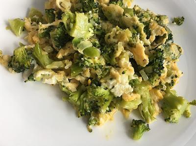 Jajka smażone z brokułami