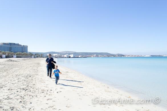 Çeşme Ilıca plajında baba oğul koşuştururken