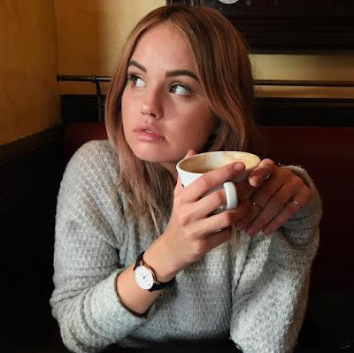 Debby_Ryan с чаем или кофе