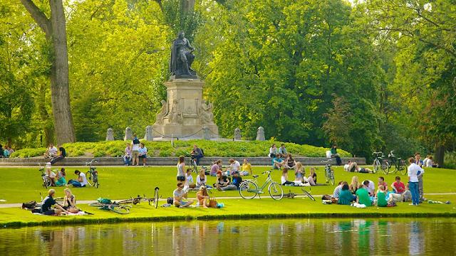 Parque Vondelpark em Amsterdã em junho