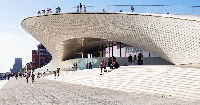 Museu de Arte, Arquitetura e Tecnologia en Lisboa, MAAT. Obra de Amanda Levete.