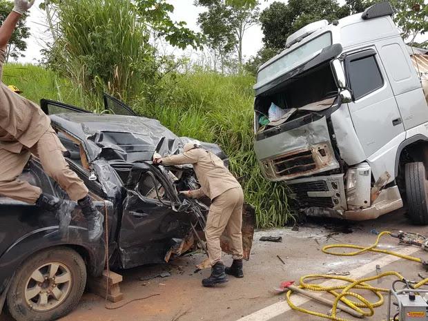 Casal de idosos morrem após acidente brutal entre caminhonete e carreta na BR 364