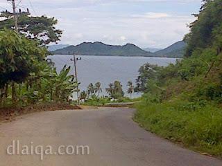 jalan turunan dengan pemandangan laut