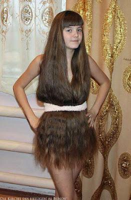 Lustiges Mädchen mit extrem langen braunen Haaren