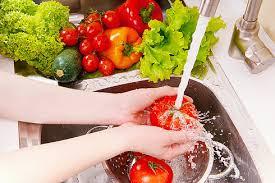 Rửa sạch cà chua trước khi đắp mặt nạ trị nám da mặt