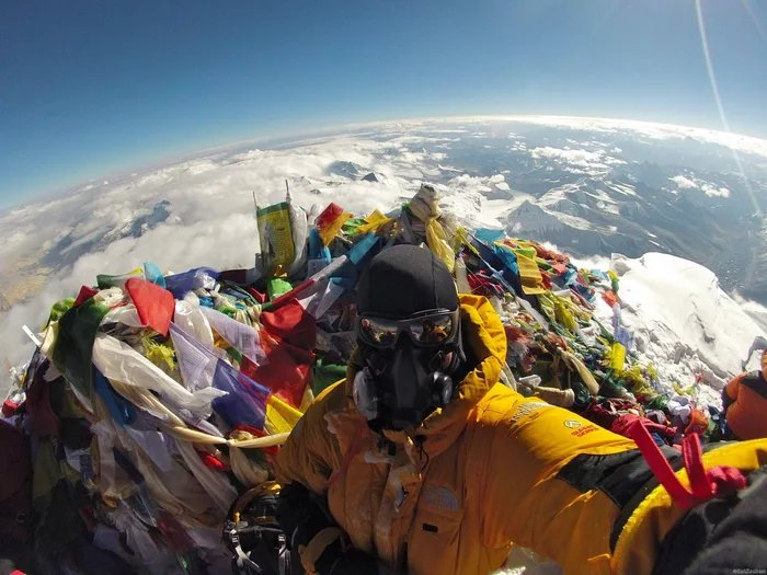 Selfie From Top Of Everest Attempts To Destroy Flat-Earth Theory Once And For All