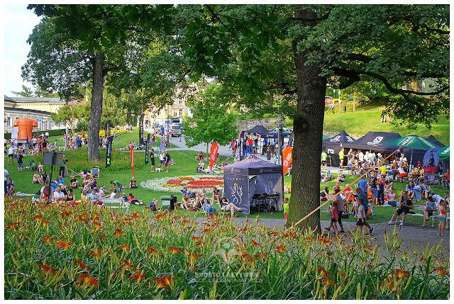 Strefa startu i mety - namioty z dobrem wszelakim do biegania i jedzenia