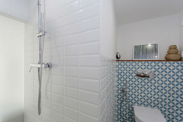 baño con ducha, con cristal translúcido