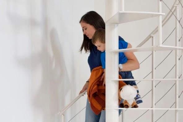 Mamá con bebé bajando las escaleras