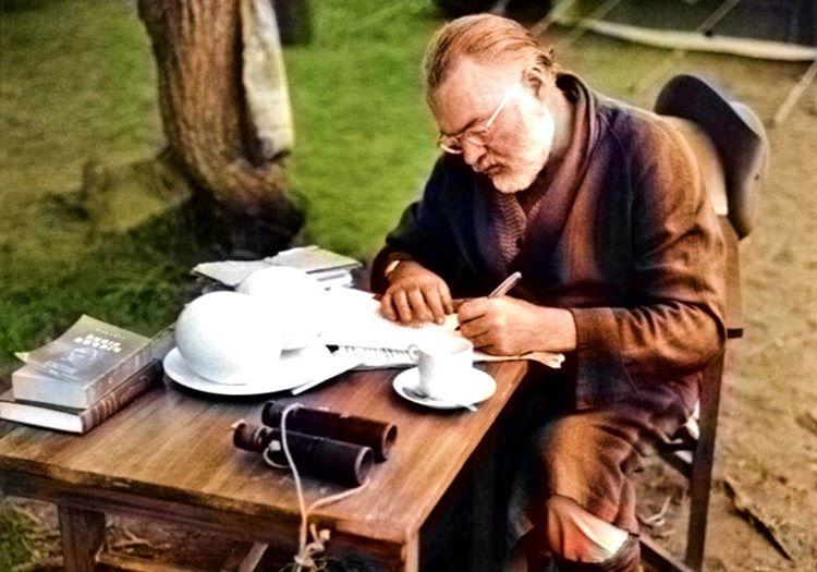 Amerikalı ünlü yazar Ernest Hemingway yeni kitabı için karalamalar yapıyor.