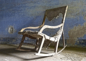 Picture of an old rocking chair.