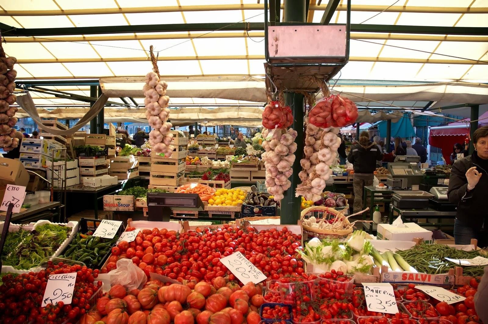 targ świeżych warzyw i owoców w Wenecji
