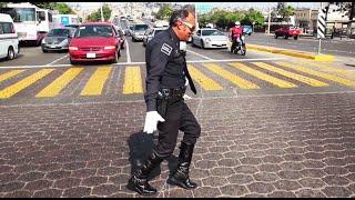 No vas a creer como este policía alegra a los conductores