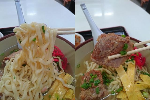沖縄そばの麺となんこつソーキの写真