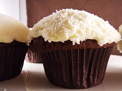 Ein leckerer Schoko-Kokos-Cupcake