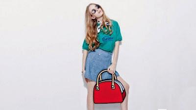 Mujer modelando con bolso rojo