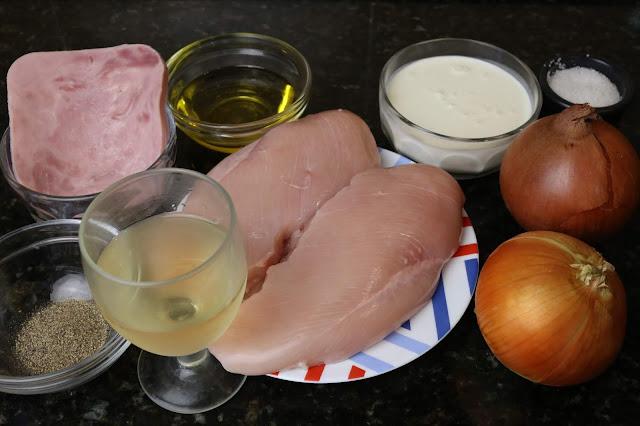 Ingredientes para pechuga de pollo encebollada
