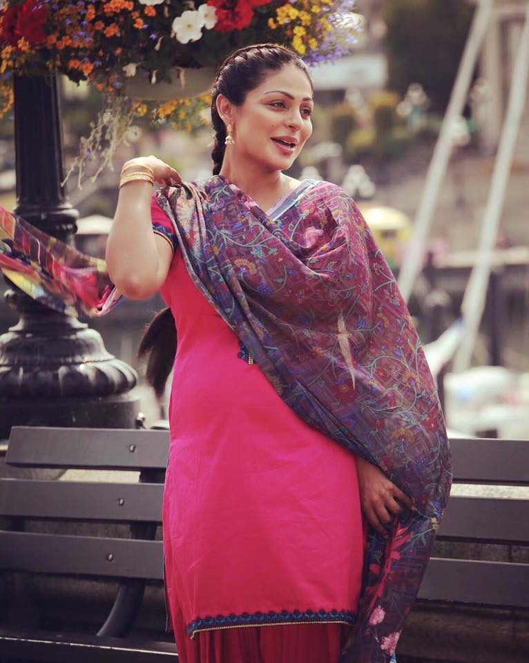 Neeru Bajwa HD Wallpaper, Picture, Image gallery, family ...