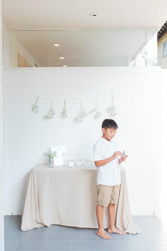 imagen_primer_cumpleaños_casa_blanco_mesa_firmas_fotos