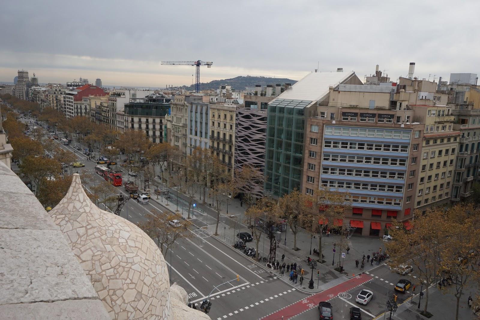 カサ・ミラ(Casa Milà)からグラシア通り(Passeig de Gràcia)を望む