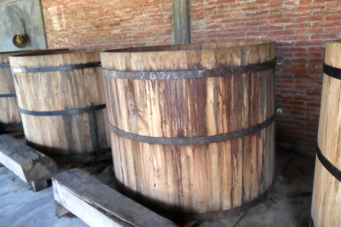 Tinas de fermentación en un palenque tradicional de Mezcal en Villa Sola de Vega.