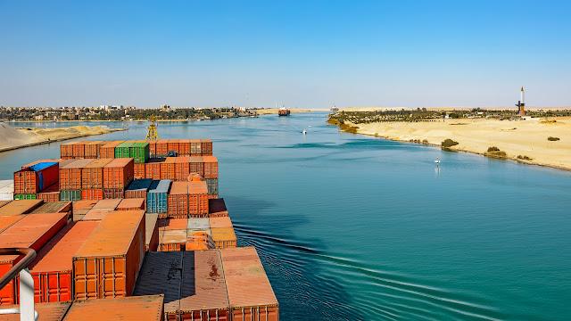 O canal de Suez foi construído ignorando a suposta curvatura